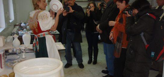 Prehliadka výrobne Slovenskej ľudovej majoliky-R